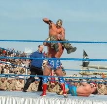 El Rey Misterio luchando contra Kurt Angle y Eddie Guerrero ante las tropas estadounidenses en Irak