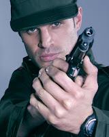 Mark Tacher se deberá proteger de los narcotraficantes, en su papel de Santiago