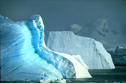 Surrealistyczny obraz Antarktydy - niebieskie wędrujące lodowce