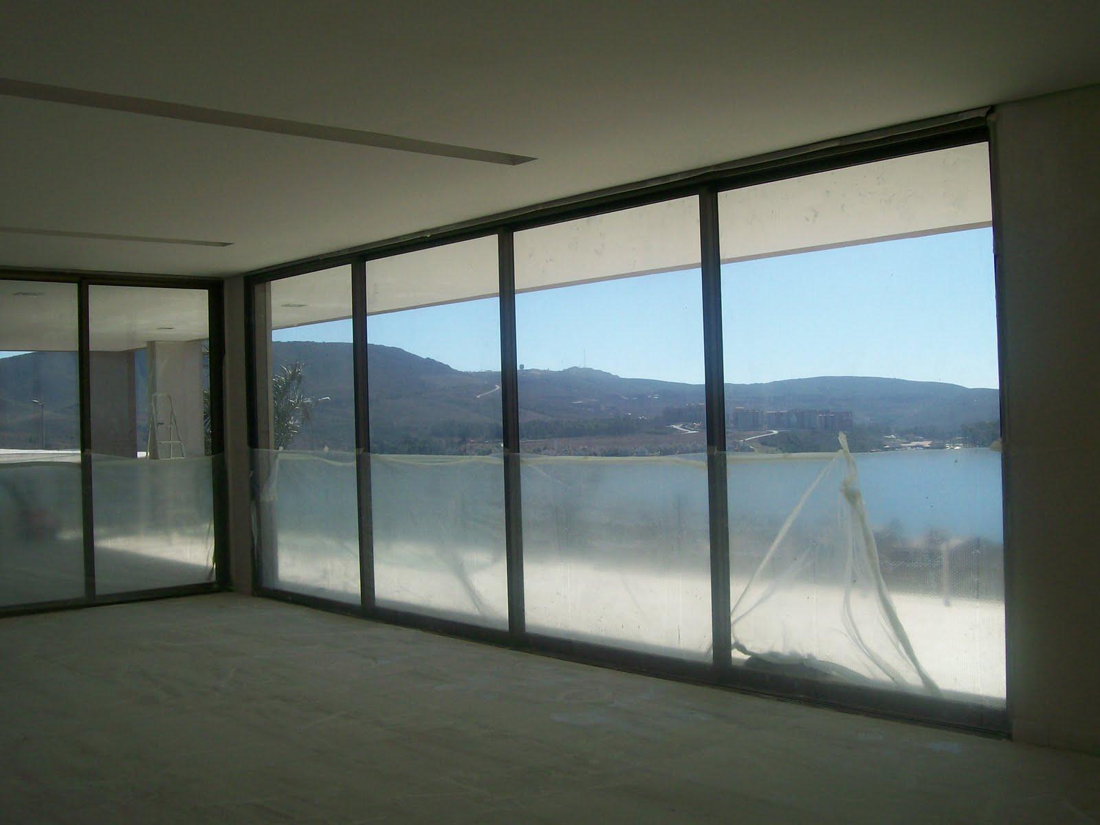 #347397 Essa foto foi tirada do interior da sala de estar. As esquadrias são  1696 Janela De Aluminio Na Cor Bronze