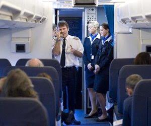 Bruce Dickinson ilk uçuş öncesi pilotların yaptığı şu konuşmalardan yapıyor:'Pilotunuz iyi uçuşlar diler, şaraplara yumulun şimdi lanet olasıcalar!'
