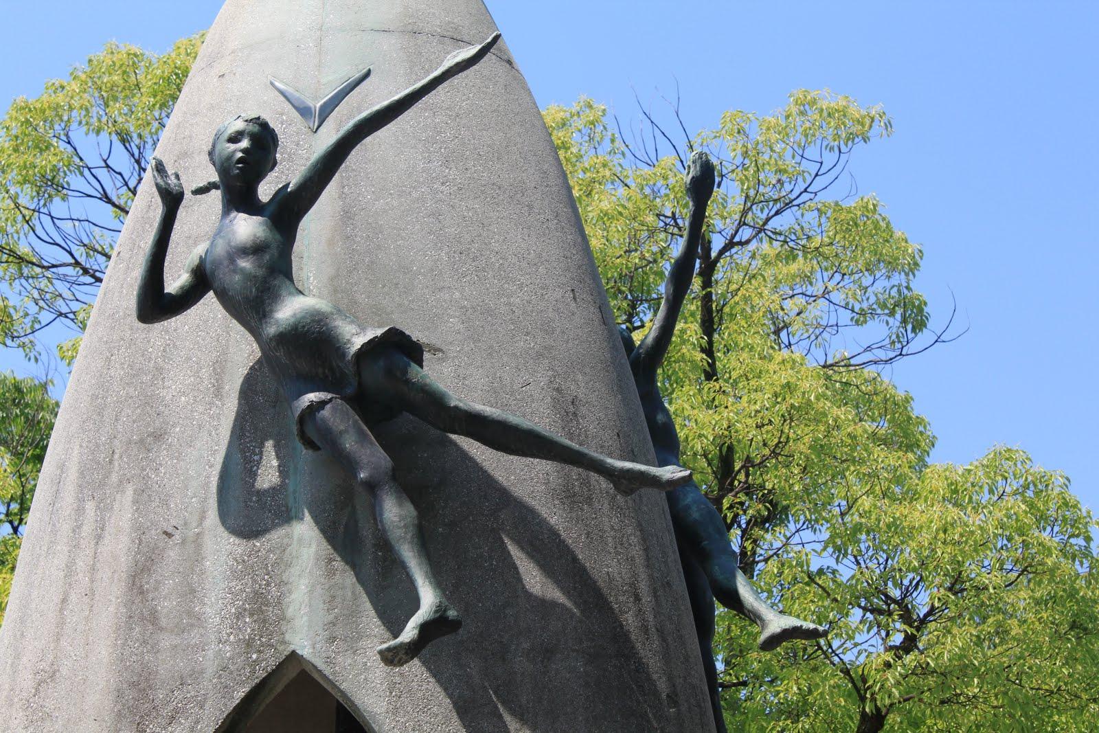 Statue i spomenici posvećene deci Figures+on+monument