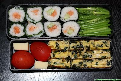 Bento des 25 bosses : makis au saumon en feuilles de consoude, maki au concombre et saumon en feuille de nori, omelette au cirse maraîcher et comté, aspergettes nature