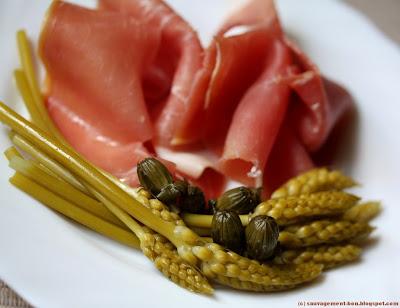 Jambon d'auvergne accompagné de pickles d'aspergette et de câpres de pissenlits