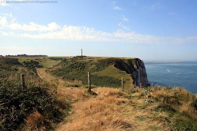 Le cap et le phare d'Antifer. Au loin, le port pétrolier