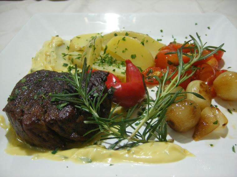 Medalhão de filet mignon e batatas salteadas na manteiga com tomate e cebola caramelizados