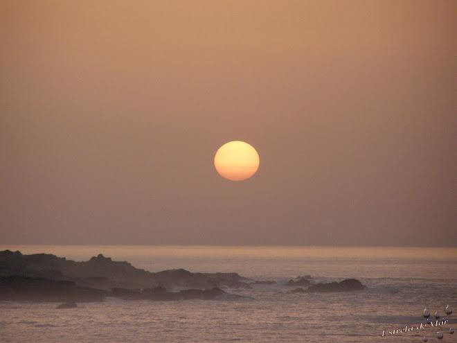 Empezamos con una bonita puesta de sol tipica gallega con su niebla y su bruma del mar .....