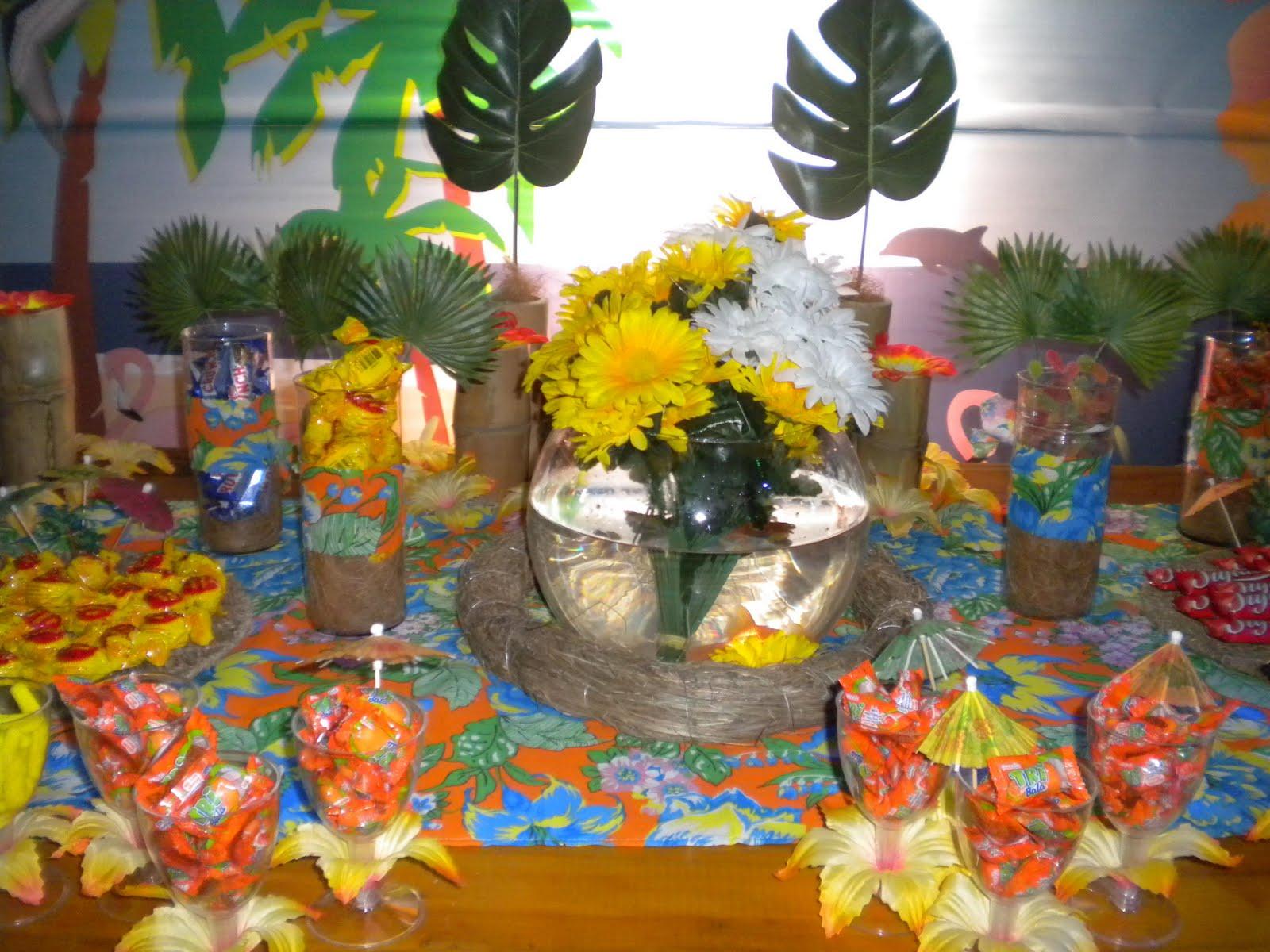 dani flores jardim ms:No centro da mesa um aquario com peixes japoneses.