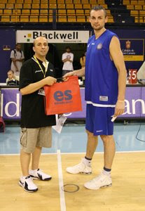 Sergei Krasavtsev, recogiendo el premio a máximo reboteador del torneo