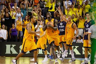 ACB PHOTO - Algarabía de los jugadores amarillos al terminar el partido