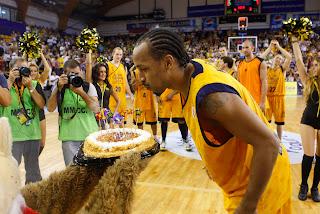 ACB PHOTO - Norris sopla la tarta para conmemorar sus 150 partidos en ACB con la camiseta amarilla