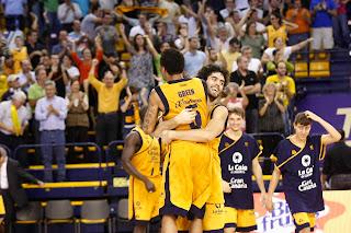 Los jugadores del Gran Canaria Taurean reen y Javier Beirán se abrazan al final del partido - ACB PHOTO