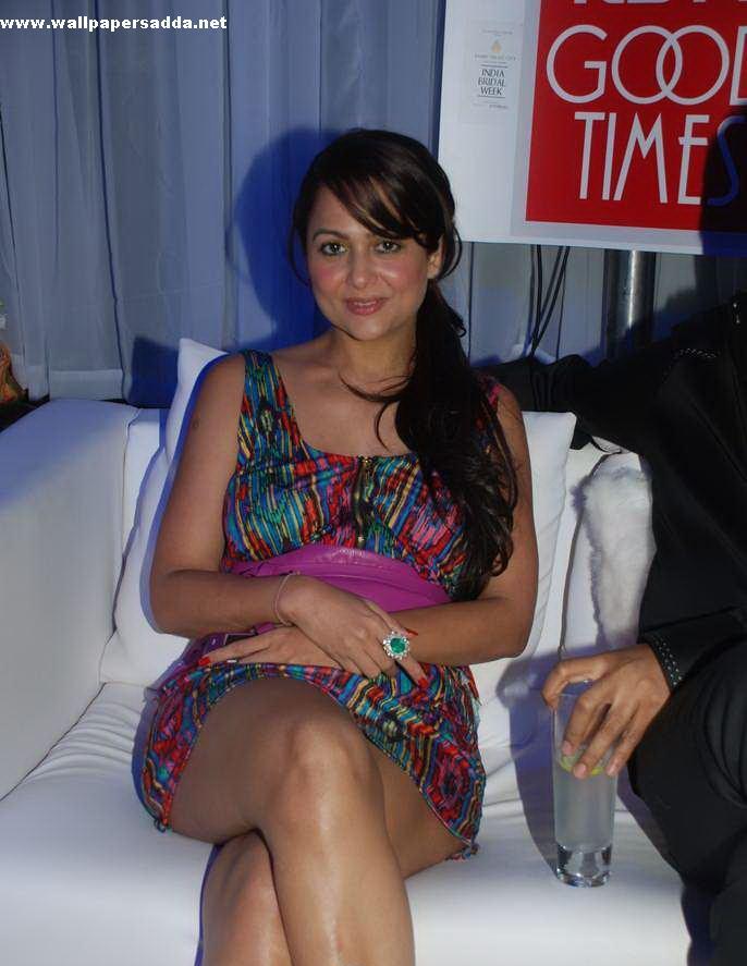 Amrita Arora Hot Thigh Show At India Bridal Week Pics