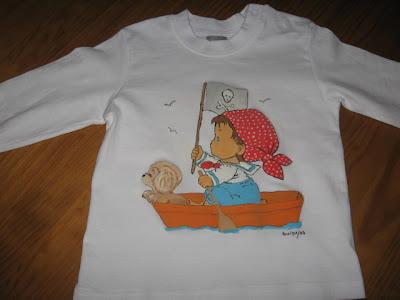 T-shirt pirata no barco com cão