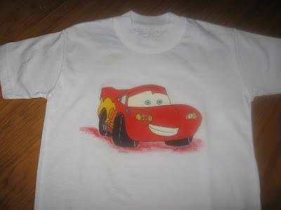 T-shirt com o carro Faísca pintada á mão