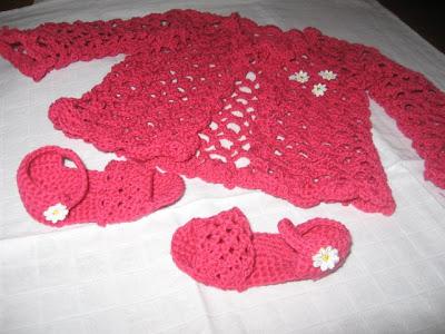 casaco e sapatinhos de bébé em crochet