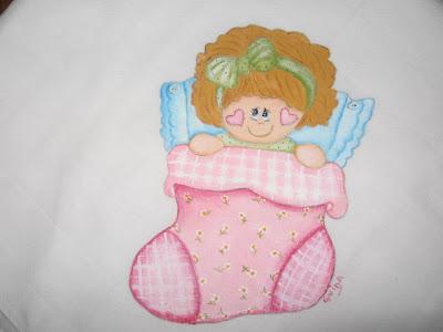 fralda pintada á mão com menina deitada numa bota