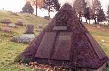 H πυραμίδα στον ταφο του Ρωσσελ