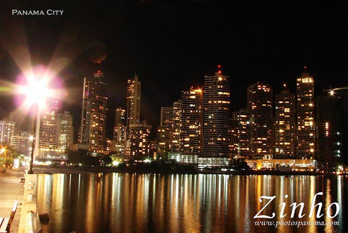 esta imagen me la robe de ipat esto son algunos rascacielo de noche dn la ciudad de panama