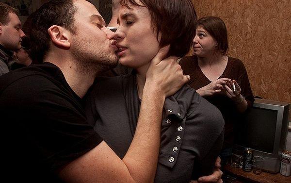 Unusual Kiss Seen On www.coolpicturegallery.us