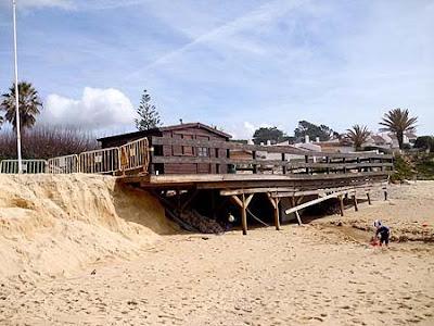 A debilitação das fundações deste bar de apoio são bem visíveis, em consequência das fortes ondas na praia de Vale de Lobo