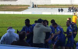 Jogadores do Juventude de Évora comemoram um dos golos; ao fundo os South Side Boys...