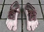 calçando os pés