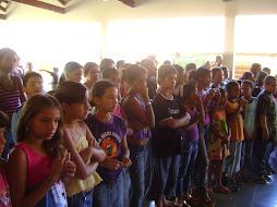 alunos atentos as apresentações culturais