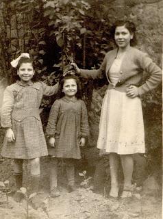 3e4f458a0cadb Anni  40  50 riconoscibile la bambina con la mano sul capo e  Antonietta Di  Leva – La seconda foto a sx. la bambina inginocchiata con le mani sul capo  e  ...