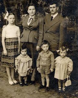 ac58f957a6ef5 Anni  40  50 - Famiglia Iodice – Al centro della foto Carmela Capasso -  Gennaro Iodice – La bambina con il fiocco in testa e  Giuseppina Capasso -  I tre ...