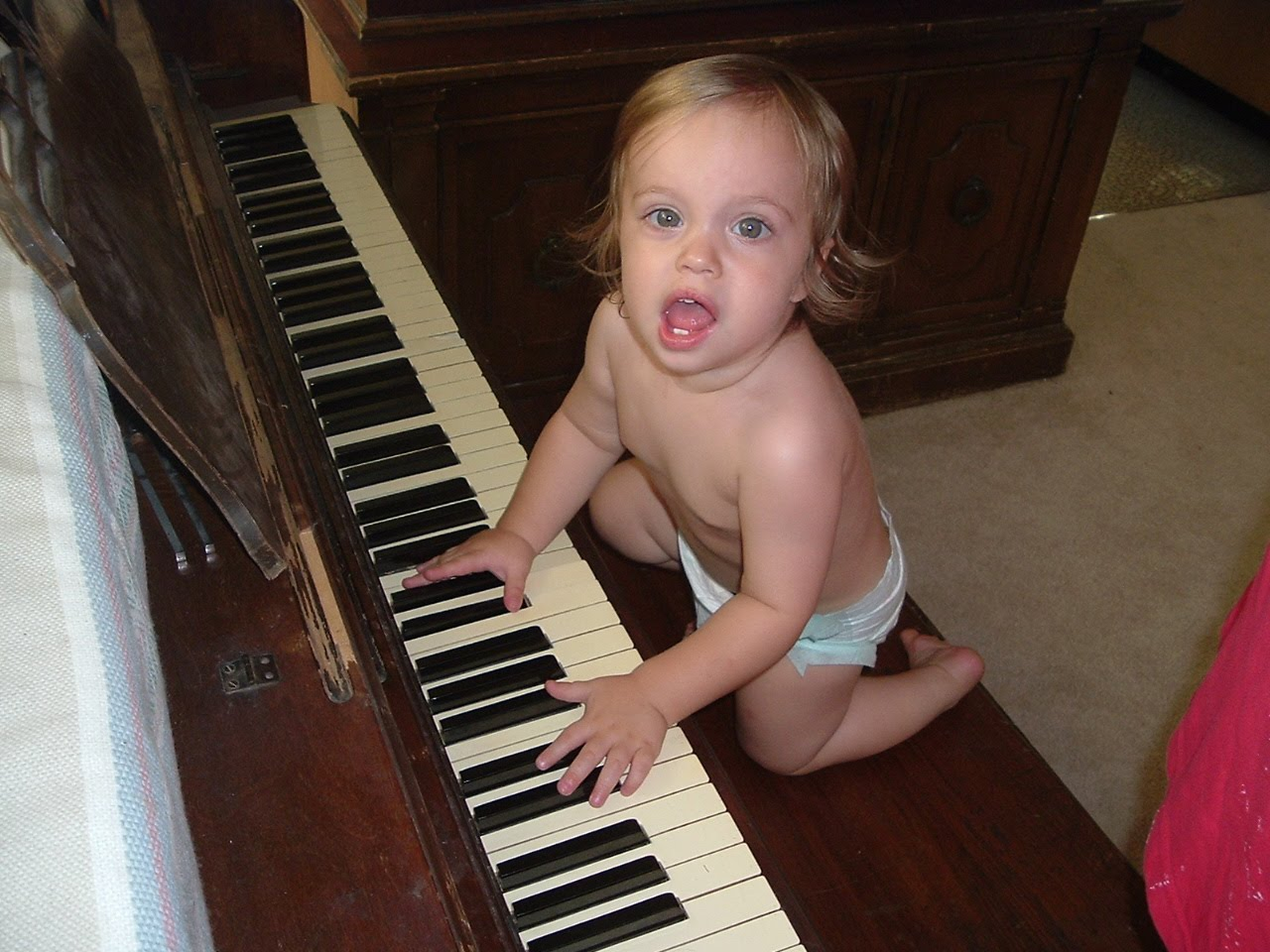 http://4.bp.blogspot.com/_HTIbLOn3UaI/TCZO2TGeFJI/AAAAAAAAABk/S3jZL1VX41g/s1600/Playing_Piano.jpg