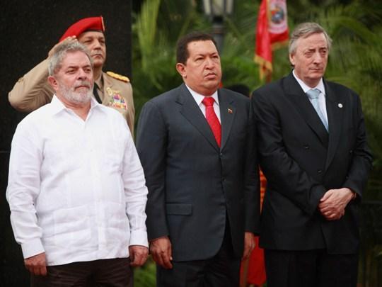 http://4.bp.blogspot.com/_HW-vOUHhZ2k/TF60g-VATPI/AAAAAAAACrI/R0uN6qk3NFg/s1600/Hugo+Ch%C3%A1vez+Lula+Nestor+Kirchner.jpg