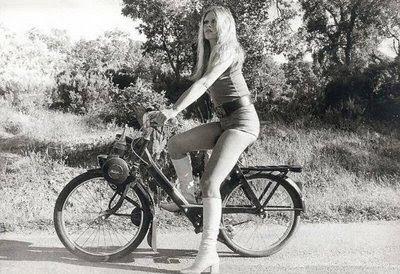 http://4.bp.blogspot.com/_HWWvQ_eVeZk/TBihxHtB_0I/AAAAAAAAAdI/2ODzESmue-c/s400/Brigitte_Bardot_Serge_Gainsbourg_Harley_Davidson_Solex_1971.jpg