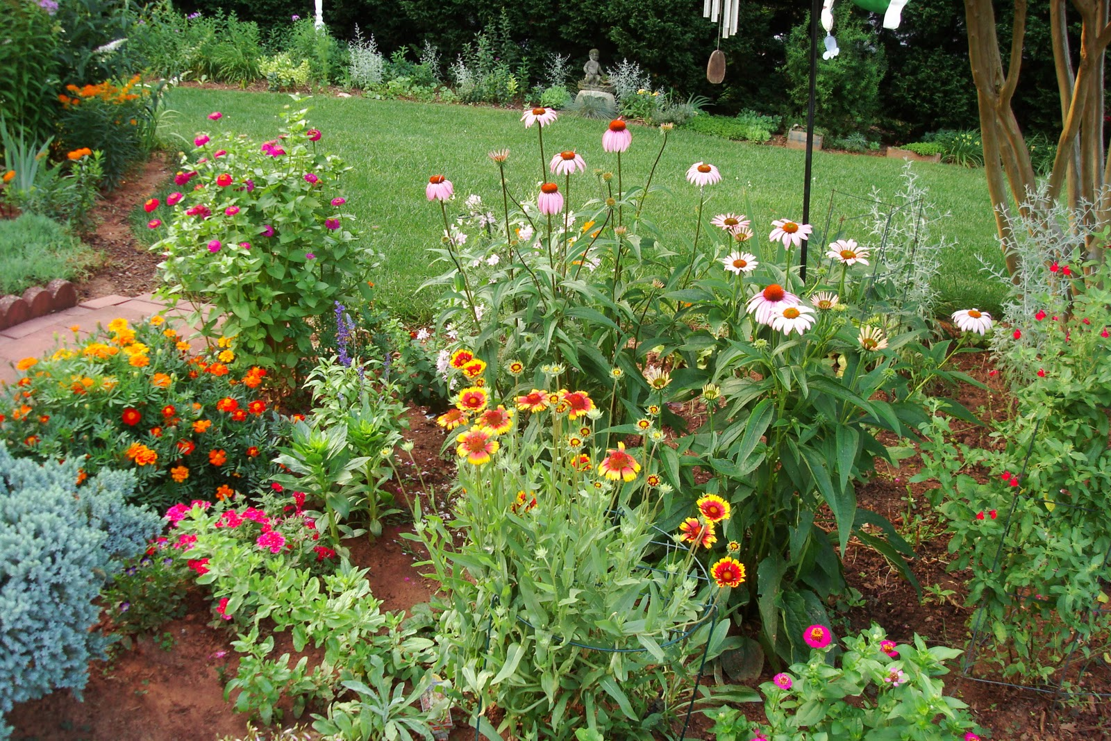 Flowers and nature in my garden flower beds for Best plants for flower beds
