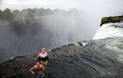 最危險的游泳池 魔鬼池 - 辛巴威維多利亞瀑布頂端 最危險的游泳池 魔鬼池