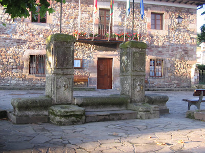 en este barrio se localiza una interesante y antigua fuente de piedra en la plaza de la iglesia junto enfrente de la casa de juntas