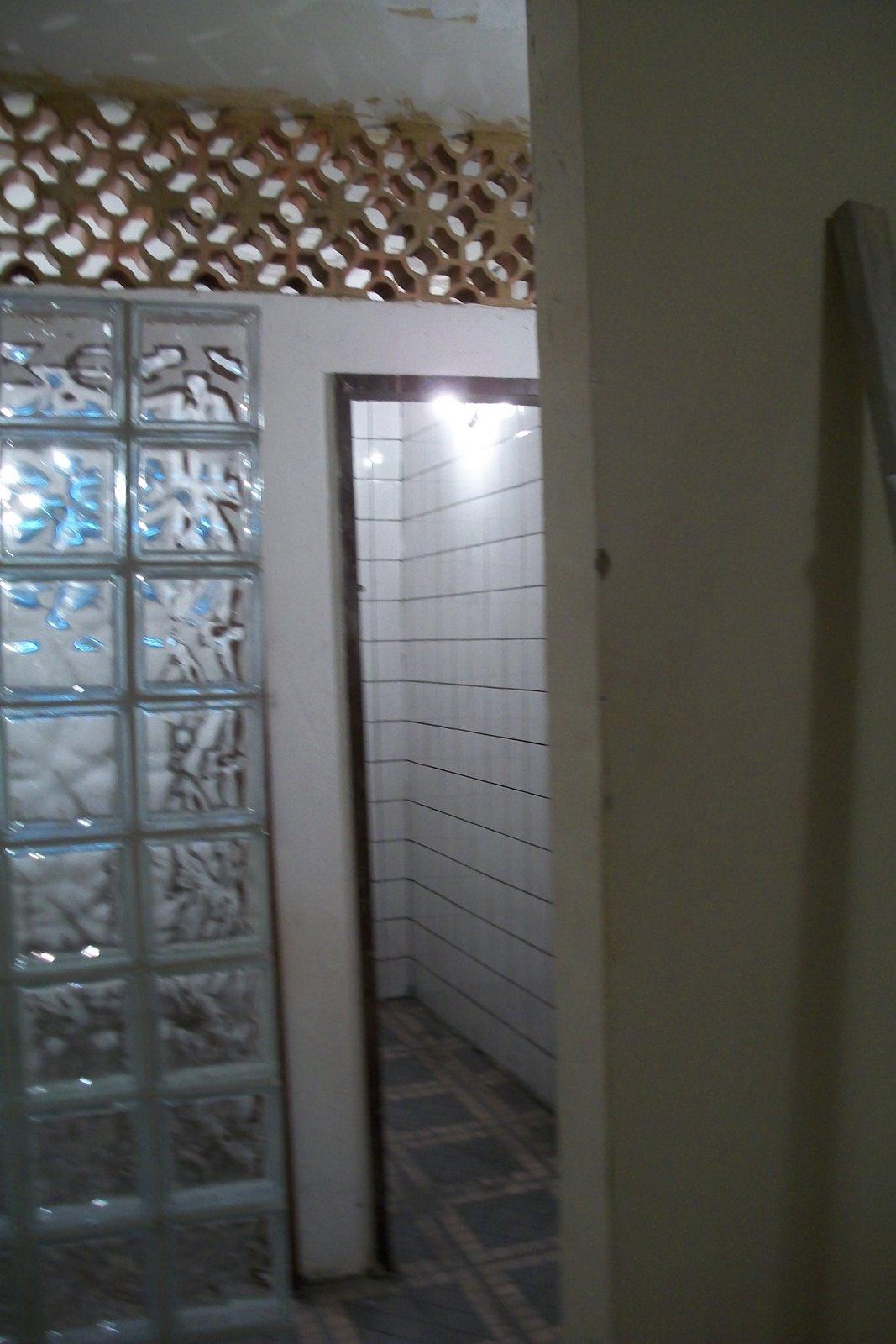 da parede com tijolos de vidro aberto e tijolos de cerâmica furado #496A82 1067 1600