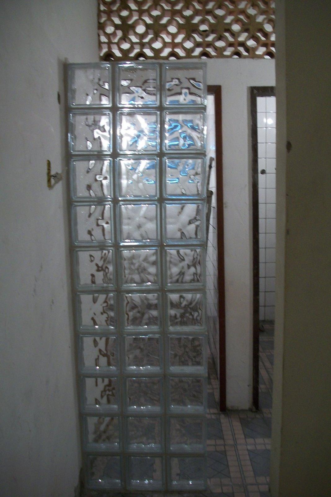 Visualização da parede com tijolos de vidro aberto e tijolos de  #4E697D 1067 1600