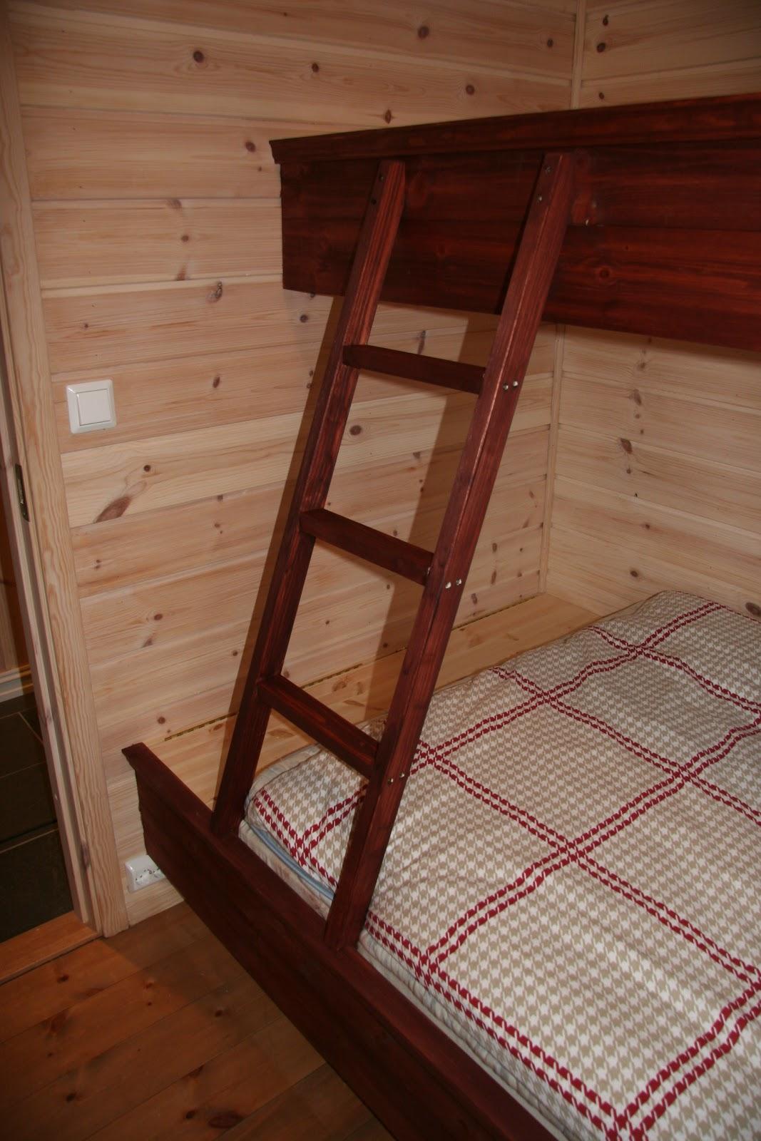 Vi bygger hytte: Et par kjekke ting - plassbygget seng og kottd?r