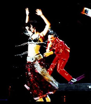 The fly, o Bono vestido de vinilo rojo