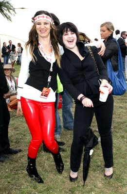 Juliette Lewis con pantalones de vinilo y Kelly Osborne