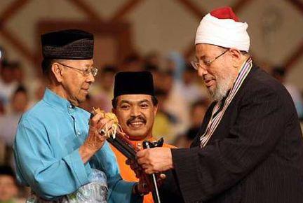 [yusuf+al-qaradawi+menerima+anugerah+daripada+sultan+kedah.jpg]