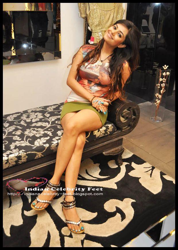 Indian Actress/Model Meera Chopra (Nila) Cute Legs/Thigh/Feet
