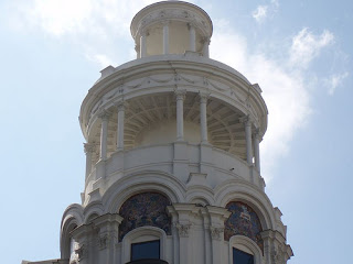 sobre su fachada se han ido alternando a lo largo de las dcadas los nombres de las marcas relojeras ms insignes audemars piguet rolex