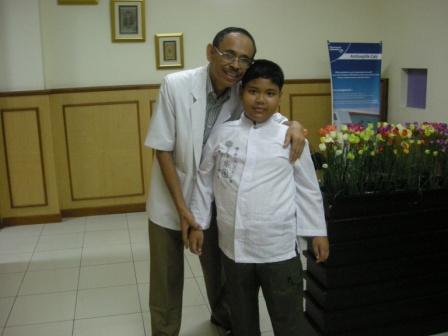 Alif Bersama Dokter setelah Khitan