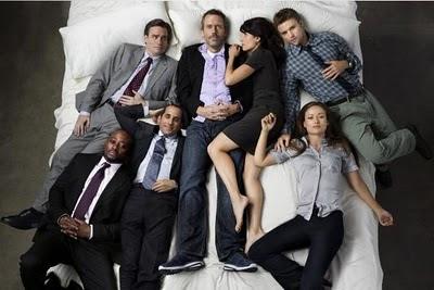 todos los personajes de la serie dr. house acostados en una cama