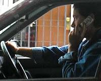 persona manejando hablando por telefono, evita el estres sin hablar por celular y manejar comodo