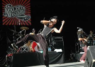 rocko de la maldita vecindad bailando ska en un concierto