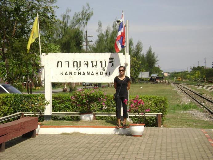 ครูสังคมไปท่องเที่ยวเมืองกาญจนบุรีกับคณะครูโรงเรียนบ้านหนองปรือกันยาง