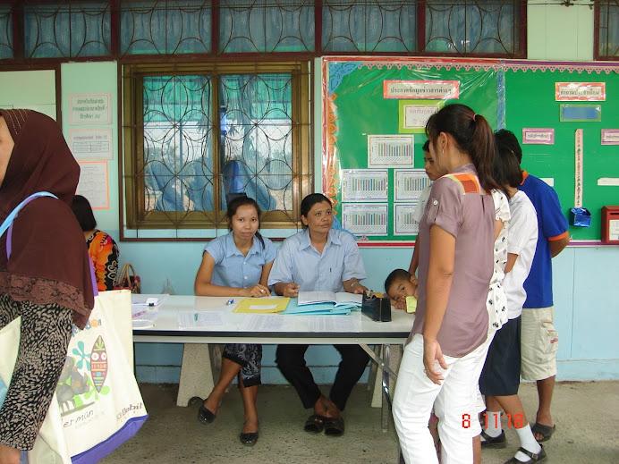 บรรยากาศการลงทะเบียนของผู้ปกครองนักเรียนในวันประชุมผู้ปกครองนักเรียน รร.ลำสนุ่น